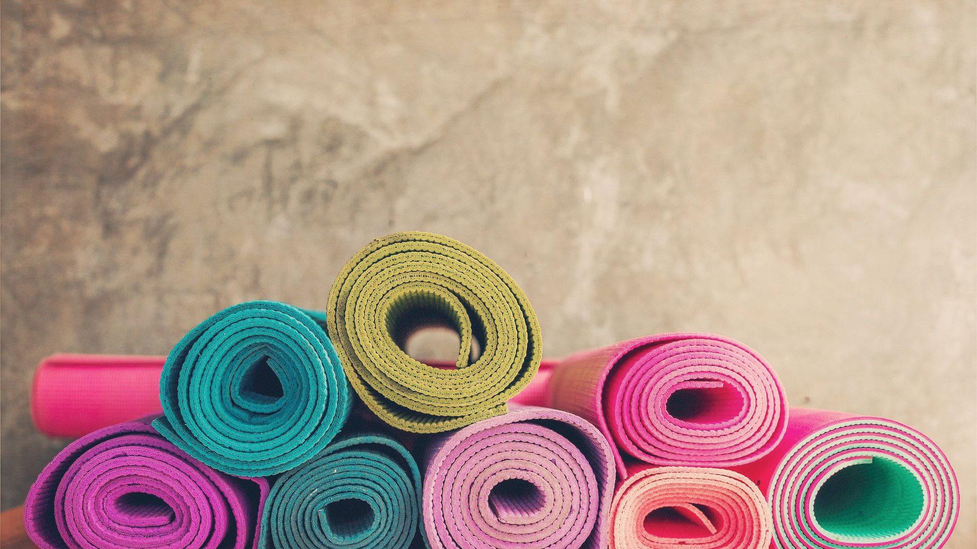 Zusammengerollte Yogamatten bunt